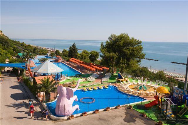 Riva verde centro vacanze camping 4 stelle altidona marche - Campeggi con piscina marche ...